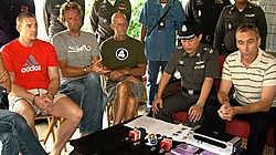 De Thaise politie toonde in oktober 2007 trots de vier Antwerpse drugsverdachten die tijdens een spectaculaire politie-inval op het eiland Koh Samui werden ingerekend.AP<br>