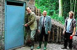 Graaf De Lannoy opent de deur van de ijskelder. Gedeputeerde Olbrechts en Wout Willems van de Vleermuizenwerkgroep hopen dat de vleermuizen de kelder weten te vinden. repro kms<br>
