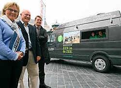 Hilde Veulemans, Vincent Drouard en Peter Craeymeersch bij het nieuwe mobiele kantoor. Peter Maenhoudt<br>
