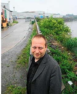 Schepen Bart Van Malderen licht de plannen toe om van Den Briel een terrein te maken voor watergebonden bedrijven.<br>Emiel Vermeir<br>