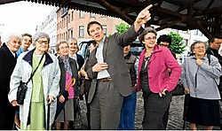 Patrick Janssens (met rechts naast hem OCMW-voorzitster Monica De Coninck) wijst senioren de weg in <i>zijn </i>stad.Walter Saenen<br>