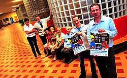 Directeurs Hans Seynhaeve en Bart Vanhauwaert stelden met het personeel de feestelijkheden rond 75 jaar kleuterschool Schoolstraat Wevelgem voor.Patrick Holderbeke