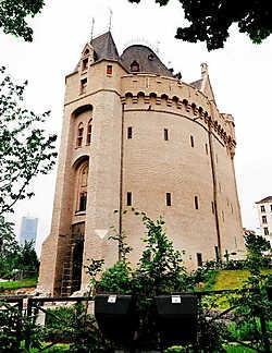 De Hallepoort is gerenoveerd. De toegankelijkheid werd verbeterd en je krijgt boven een panoramisch zicht over het zuidelijke deel van Brussel. Bart Dewaele