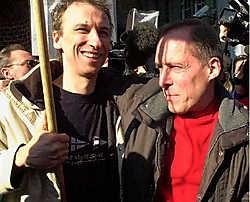 Pierre Carette (r.) en Bertrand Sassoye (l.) bij de voorwaardelijke vrijlating van Carette in februari 2003.belga<br>