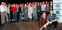 Silvio Vandecandelaere en Katrien De Meester (gehurkt) bespaarden 25,57procent energie, alle 51 deelnemende gezinnen samen 8,02procent. Stefaan Beel