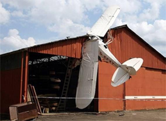 Motorvliegtuigje botst tegen hangar in Kiewit