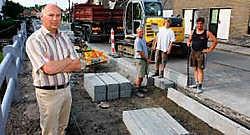 Alex Meulebroeck bij de bouw van het fietspad in de Kraaigemstraat. Michel Moens<br>