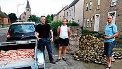 Gert Wouters (links): 'Ik viel uit de lucht toen ze mij vertelden dat hier een voetpad wordt aangelegd.' <br>Louis Verbraeken