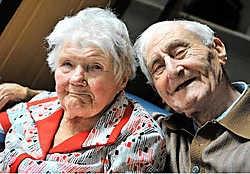 Julma Vansteenhuyse en Albert Du Pont vieren hun zeventigste huwelijksverjaardag. Rechts hun trouwfoto.Frank Meurisse<br>