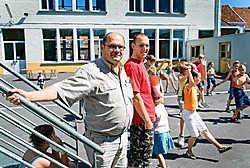 Schepen Geert Dessein en speelpleinverantwoordelijke Jason Bernard: 'Ruim 150kinderen konden op de speelpleinen van Ledegem en Sint-Eloois-Winkel terecht op de eerste vakantiedag.'Stefaan Beel<br>