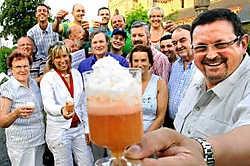 Voorzitter Geert Polfliet van het Adelarduscomité showt het nieuwe drankje. 'Als je genoeg van deze lekkernij drinkt, gebeuren er misschien mirakels.'<br> David Stockman