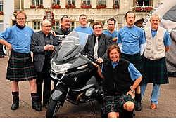 De Daddy's On Tour hebben alvast een aangepaste outfit aangetrokken. De Schotse rok van Marijn Devalck wordt op e-Bay geveild. Luc Verstraeten