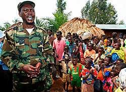 Thomas Lubanga praat in juni 2003 met dorpelingen in Oost-Congo.reuters<br>