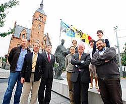 De burgemeesters van Eeklo en Lovendegem en de verantwoordelijken van Resoc en Comeet kondigden de komst van de twee beelden in Lovendegem aan. Grégoire De Poorter