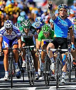 Derde massaspurt, derde zege voor Mark Cavendish (rechts). 'Hij was gewoon sneller', beseft Gert Steegmans (l.). 'Tja, dat gebeurt.'photo news<br>