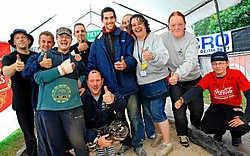 Johnny Karnier (met gebroken arm) en Nicolas Philippart brachten dankzij de steun van hun supporters het duurrecord petanquen op 100 uren. Yvan De Saedeleer