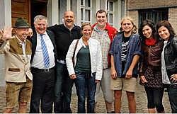 Van links naar rechts: Robert De Ridder, burgemeester Paul Van de Casteele, Steph Goossens, <br>Sofie De Pillecijn, Filip Boschman, Roel Weyn, Annelies Steel en Geena Lisa.