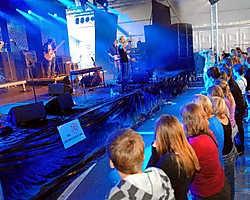 Zaterdag lokte Festiv'Halle een paar duizend festivalgangers. Sioen bracht een geslaagde set. <br>Yvan De Saedeleer
