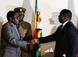 De Zimbabwaanse president Robert Mugabe (links) drukt de hand van oppositieleider Morgan Tsvangirai.ap<br>