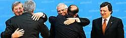 25 april 2005: premier Popescu (l) en president Traian Basescu (midden) van Bulgarije worden bij de ondertekening van de toetredingsverdragen in Luxemburg omhelsd door de toenmalige EU-voorzitter Jean-Claude Juncker (l) en Parlementsvoorzitter Josep Borre