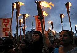 Met fakkels betogen leden van de Communistische Partij van India in de stad Hyderabad tegen het nucleaire akkoord tussen de Verenigde Staten en India.ap<br>