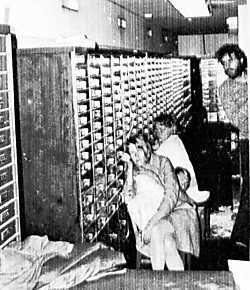 Clark Olofsson en twee gijzelaars in een bank in Stockholm in 1973. ap