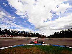 Lewis Hamilton snelt langs het circuit van Hockenheim. De Brit won met de vingers in de neus.photo news<br>