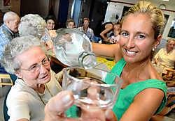 Verpleegster Sofie Wymeersch ziet erop toe dat de bewoners regelmatig drinken: 'Preventie is bij onze residenten van het grootste belang.'<br>David Stockman<br>
