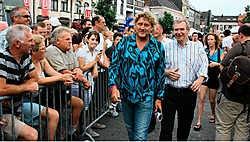 Yves Leterme kroop in de huid van sportjournalist onder begeleiding van Carl Huybrechts.Louis Verbraeken