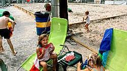 180 ton zand, inclusief palmbomen en ligstoelen, toveren de Grote Markt van Beveren om tot een zomers strand.<br>Paul De Malsche