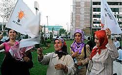 Aanhangers van de AKP vieren dat de partij voort kan blijven regeren, hoewel de republikeinse kemalisten al hun troeven hadden ingezet om Erdogan en co uit schakelen.afp<br>