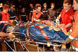 De man werd met zware verwondingen naar het ziekenhuis gebracht.pv<br>