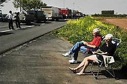 De snelweg: een wereld vol leven en rijkdom. Hier: leespauze tijdens een monsterfile op de E17.Eric De Mildt<br>