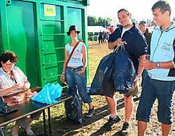Kampeerders werden door de festivalorganisatie beloond als ze afval sorteerden. Bart Vandenbroucke<br>