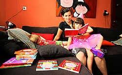 Liesbet Slegers met haar dochters, aan wie ze wel eens tekeningen toont om te weten of ze begrijpen wat ze wilt vertellen.Louis Verbraeken