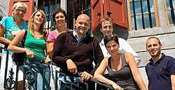 Geena Lisa en Steph Goossens, samen met de vijf sleutelfiguren die de opdrachten tot een goed einde moeten brengen.