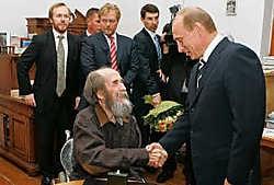 Poetin en de schrijver in juni 2007, bij Solzjenitsin thuis. reuters<br>