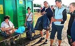 Wie gisterenmorgen in Dranouter zijn afval binnenbracht, kreeg een gratis ontbijt. Bart Vandenbroucke
