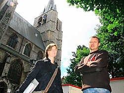 Architect Elfie Hermans en Steven Van de Velde van het restauratiebedrijf Renotec: 'Sommige ramen van de kerk moeten we in een atelier herstellen'. Eddy Van Ranst