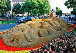 Zaffelare maakt kennis met zandsculpturen. if