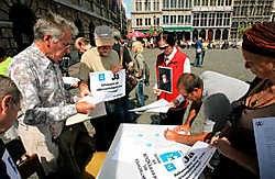 De eerste van vijftigduizend handtekeningen om een Antwerpse volksraadpleging af te dwingen zijn al binnen. Koen Fasseur<br>