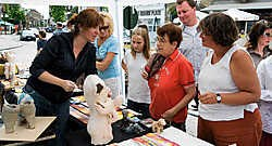 Kunstenaars en geïnteresseerden ontmoetten elkaar op de Grote Markt. Stefaan Beel<br>