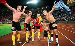 (V.l.n.r.) Jan Vertonghen, Sébastien Pocognoli, Jeroen Simaeys, Kevin Mirallas en Logan Bailly vieren de kwalificatie.belga<br>