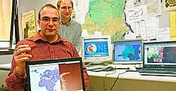Bart Meganck (vooraan) en Franck Theeten zijn twee wetenschappers die meewerken aan het OneGeology-project.Koen Merens