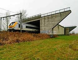 Deze spoorwegbrug zonder doel ligt er al van 1976 en zal worden afgebroken. Michel Vanneuville<br>
