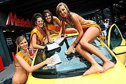 De finalistes van Miss Coast Belgium zetten hun beste beentje voor tijdens de carwash. Peter Maenhoudt<br>