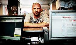 David Debels in zijn krantenwinkel. Al 660 spelers registreerden zich op zijn site. Wouter Van Vooren<br>