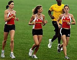 Kim Gevaert (l.) op training met Olivia Borlée (m.) en Elisabeth Davin. 'Haar tegenvallende 100m zal geen invloed hebben op de estafette', zegt haar coach Rudi Diels.photo news<br>
