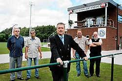 Olympia-voorman Rudy Lenssens met zijn medewerkers. 'Topstadion met 500 plaatsen kost 2 miljoen euro.' gia