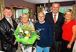Mark Van Assche, Rosa Boey, Willy Van den Eede, Jozef De Borger en Shpresa Dragjoshi naar aanleiding van de viering van de vrijwilligers. Koen Merens<br>